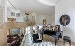As cinco salas espalhadas pela mansão ajudam a dar noção do tamanho do imóvel de luxo