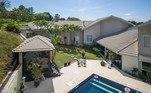 Da piscina é possível ter uma vista privilegiada do imóvel luxuoso