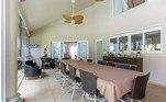 A sala de jantar chama a atenção pelas dimensões nada econômicas