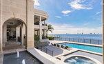 A casa tem tem uma piscina de água salgada de 24 metros de comprimento com um spa aquecido e é cercado por uma parede de 1,8 metro de altura