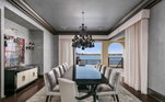 Uma das salas de jantar da mansão tem uma mesa para 12 pessoas com vista para a Baia de Hillsborough
