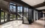 A luxuosa casa está repleta de trabalhos em madeira e gesso polido à mão