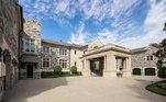 A casa pertence ao ex-jogador de beisebol Derek Jeter e está à venda. Em um acordo de amigos, ele topou alugar para o jogador do Buccaneers. Com garagem para seis carros, a mansão ocupa mais de 11 mil m² e é a mais cara e maior das Ilhas David