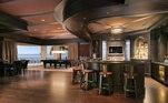A família conta também com um grande salão e serviço completo de bar, mesa de bilhar e várias telas de TV