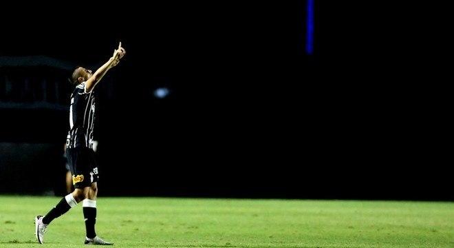 O garoto Mantuan comemora o primeiro gol do Corinthians, contra o Vasco