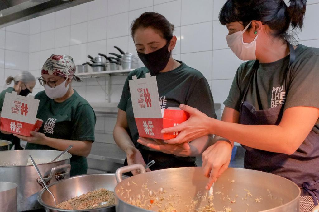As próprias chefs prepararam as refeições doadas a pessoas em situação de rua e a carentes