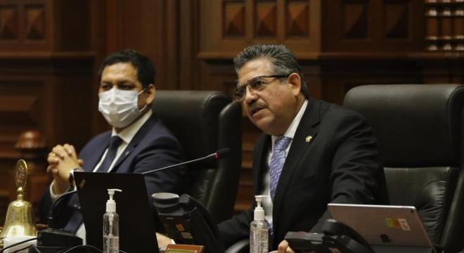 Manuel Merino (d) teria falado com líderes militares antes de votar  impeachment