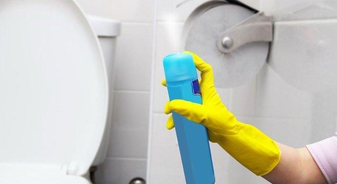 Para quem tem sensibilidade com aromas, recomenda-se evitar produtos muito perfumados e abrir a janela durante a faxina