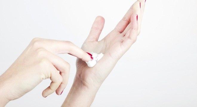 Desinfetantes domésticos comuns desativam vírus em superfícies