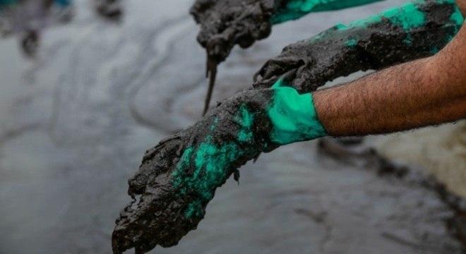 Fuzileiros esperam manchas de óleo que podem chegar ao Espírito Santo
