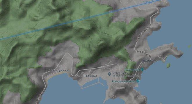 Mapa do Flightradar24.com mostra rota de avião passando a cerca de quatro quilômetros de Angra 1 e Angra 2