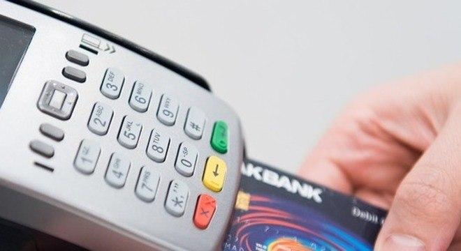 Pagar com cartão no carnaval exige atenção para evitar prejuízos