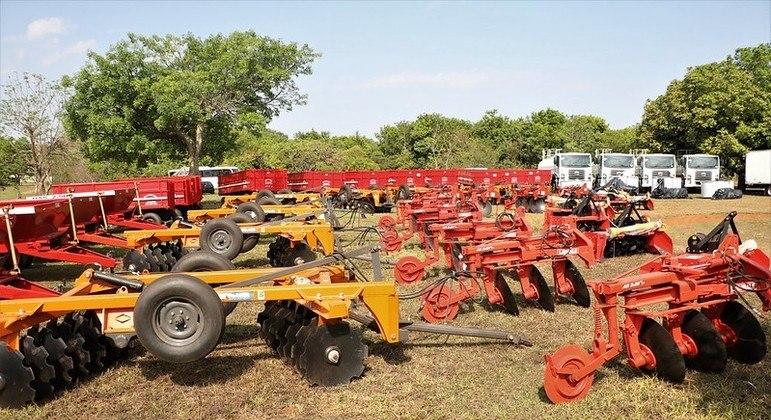 Entrega de máquinas beneficiam 916 famílias de produtores rurais e incluem tratores e resfriadores de leite