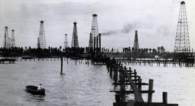 Torres de petróleo em Maracaibo. A data em que esta foto foi tirada é desconhecida