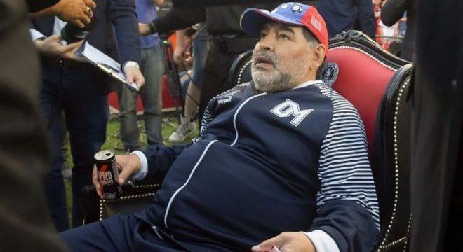Muito acima do peso. Deprimido, compulsivo, Maradona brinca com a vida