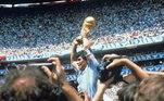 Como astro do futebol, Maradona foi o mágico que liderou a Argentina na Copa do Mundo de 1986, no México. Foi lá que aconteceu o famoso gol de mão, contra Inglaterra, e, no mesmo jogo, que fez um dos gols mais bonitos da vida dele.'Como tempo, disse que fiz o segundo gol na Inglaterra foi para que depois não fosse falado que a classificação era por causa do gol com a mão', explicou rindo Maradona no 34º aniversário do gol majestoso