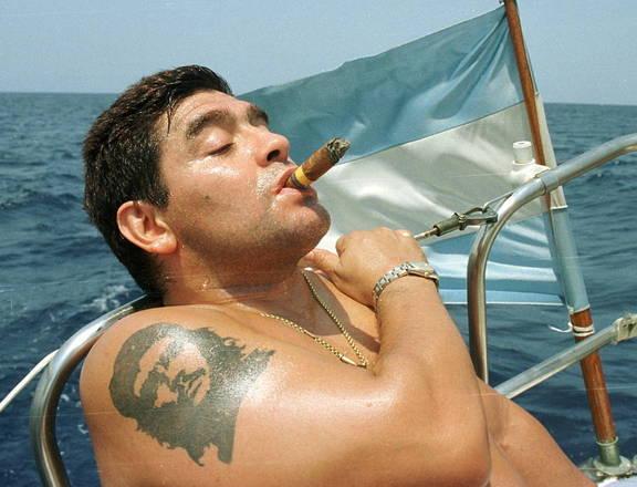 Vítima de uma parada cardiorrespiratória, Maradona morreu na última quarta-feira (25). Mas mesmo após seu enterro, seu nome continua criando polêmicas. Isso porque o ex-craque deixa uma herança 'pomposa', que deve virar motivo de disputa entre seus filhos