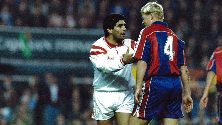 Maradona deixou o Napoli e acertou com o Sevilla, onde atuou de 1992 até 1993