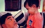 O filho italiano deu dois netos ao camisa 10: Diego Matias e Índia. Na foto, Maradona brinca com o mais velho