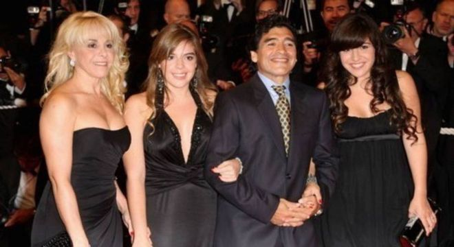 Maradona ao lado de sua ex-esposa e duas de suas filhas (Dalma e Gianinna)