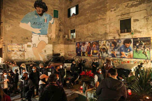 Maradona foi ídolo do Napoli e conquistou quatro títulos pelo clube italiano.