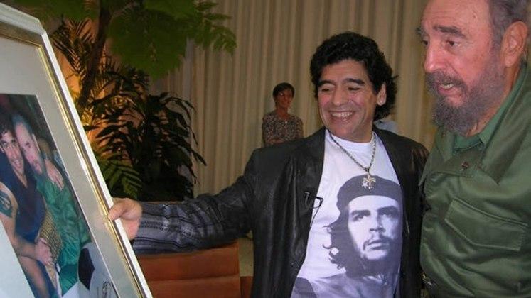 Maradona foi um dos jogadores que mais se envolveu com política na história do esporte. O argentino, declaradamente de esquerda, tornou-se amigo pessoal de nomes importantes da política mundial, como o finado ex-presidente cubano Fidel Castro (que curiosamente também faleceu em um dia 25 de novembro), o também falecido Hugo Chaves, Lula, Evo Morales, entre outros