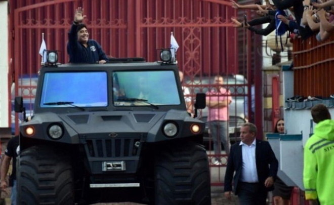 Na Bielorrússia, onde viveu por algum tempo ao exercer o cargo de presidente honorário do Dínamo Brest, Maradona circulava com um Hunta Overcomer