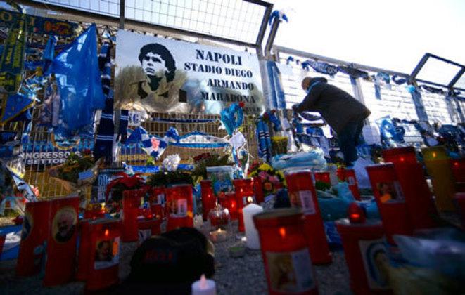 Maradona também é homenageado na cidade de Nápoles, onde se tornou