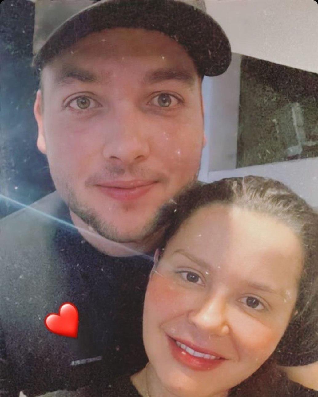 Discreto, Artur postou uma foto do casal no Stories
