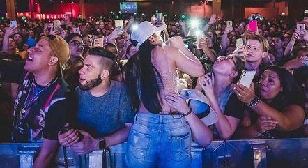 Cantora postou foto em que aparece com fãs