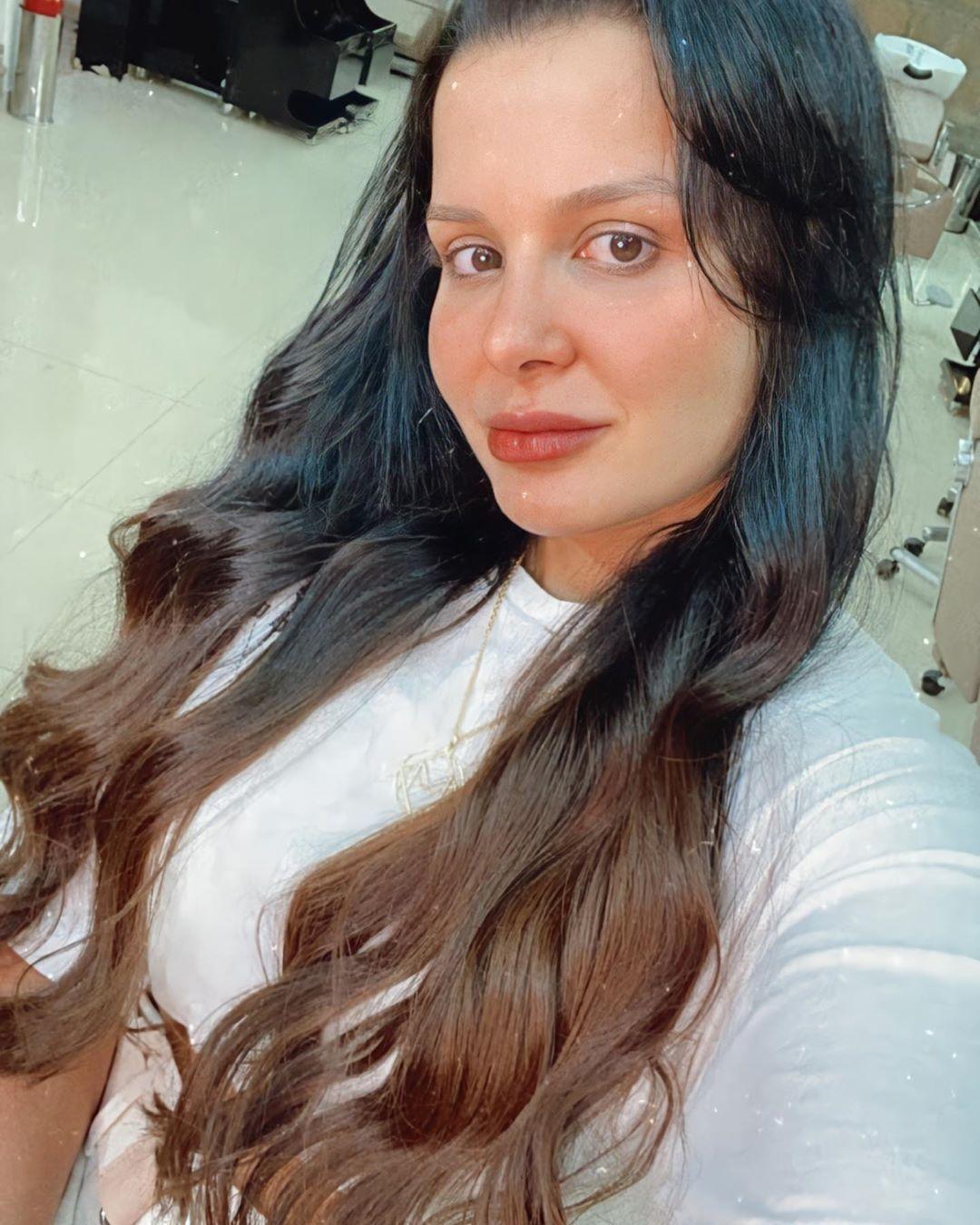Maraísa alongou e clareou os cabelos
