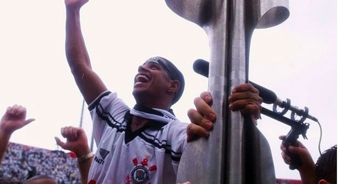 Marcelinho e a taça do Brasileiro de 1998