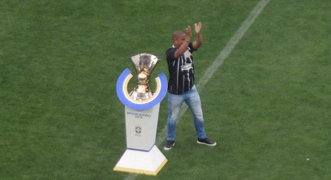 Antes do jogo, Marcelinho Carioca e a taça do Brasileiro