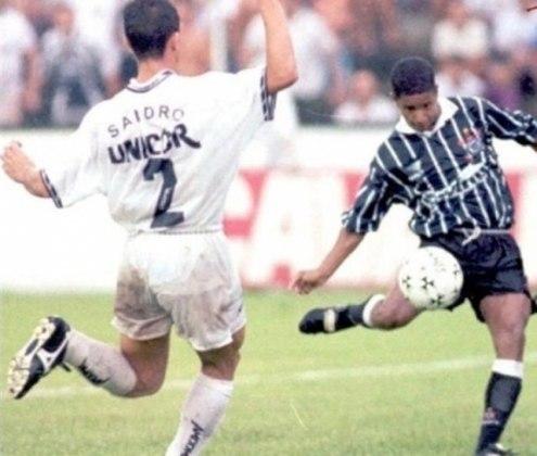 Marcelinho Carioca - Santos 2 x 2 Corinthians - 1996 - Aos 21 minutos do segundo tempo, Tupãzinho recebeu pelo meio, entregou para o camisa 7 na meia-lua, que surpreendeu o zagueiro Ronaldo Marconato com o um lençol e arrematou, sem deixar a bola cair, no canto esquerdo do goleiro Edinho.