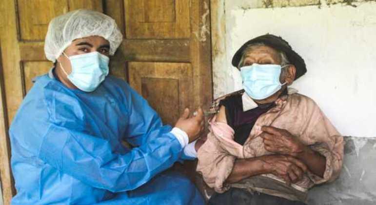 Equipe de vacinação demorou horas para chegar até a casa do centenário peruano