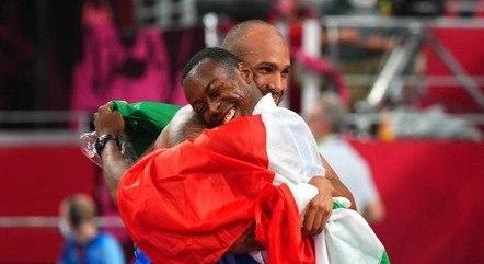 Jacobs abraça Eseosa Desalu (com a bandeira)