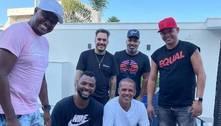 Marcelo D2 vai a churrasco com amigos 4 dias após anunciar covid