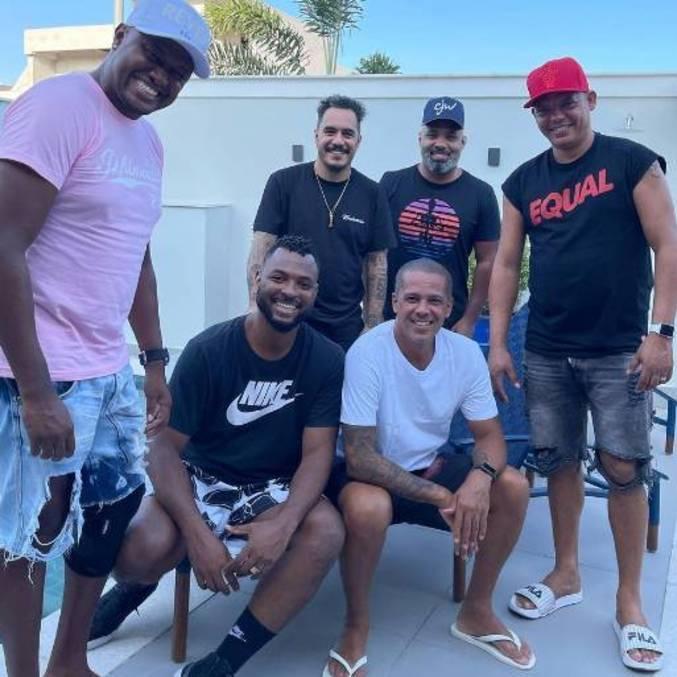 Marcelo D2 e amigos em foto tirada na quarta-feira (13)