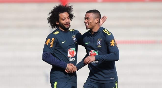Marcelo e Gabriel Jesus no treino da seleção brasileira em Berlim, na Alemanha