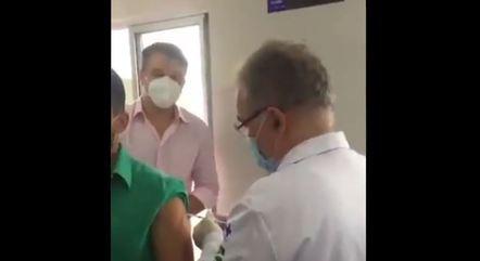 Na imagem, Marcelo Queiroga aplicando vacina