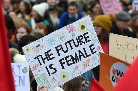 Cartaz em Londres dizendo 'O futuro é feminino'