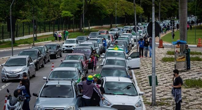 Concentração de carros no Obelisco, em frente ao parque do Ibirapuera (SP)
