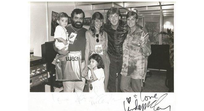 Marco Antônio Mallagoli, família e crianças posam ao lado de Paul dentro de camarim, todos sorrindo