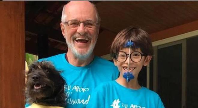 Marcos Caruso com o neto em divulgação de campanha de apoio ao problema