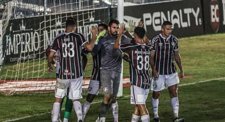 Jogadores do Fluminense comemoram pênalti defendido por Marcos Felipe
