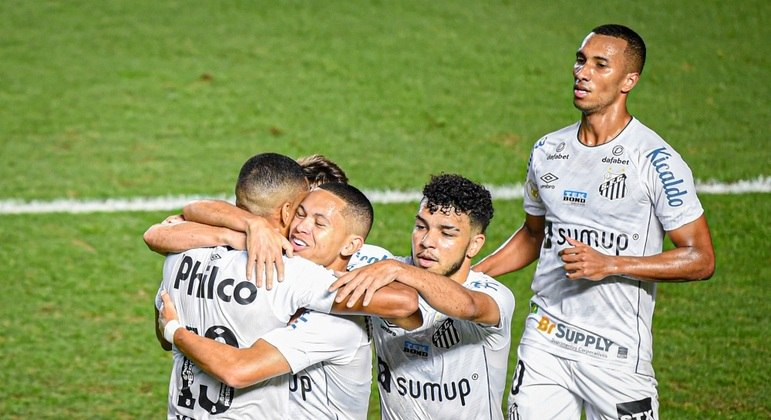 Jogadores do Santos comemoram gol de Marcos Guilherme contra o Athletico-PR