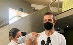 Marcos Pasquim foi vacinado contra acovid-19no dia 15 de junho. O ator de 51 anos, que publicou o instante da imunização nas redes sociais, comemorou. 'Já estou mais um passo perto do abraço. Quando chegar sua hora, vacine-se! Obrigado a todos os profissionais de saúde', escreveu ele