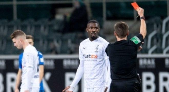 Marcus Thuram, do Borussia Mönchengladbach, sendo expulso