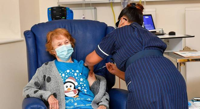 Margaret Keenan, de 90 anos, foi a primeira pessoa a ser vacina contra a covid no Reino Unido