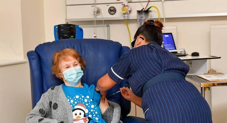 Margaret Keenan, de 90 anos,  foi a primeira pessoa a ser vacinada contra a covid no Reino Unido